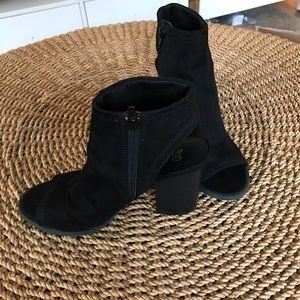 Women's 8.5 black heeled booties